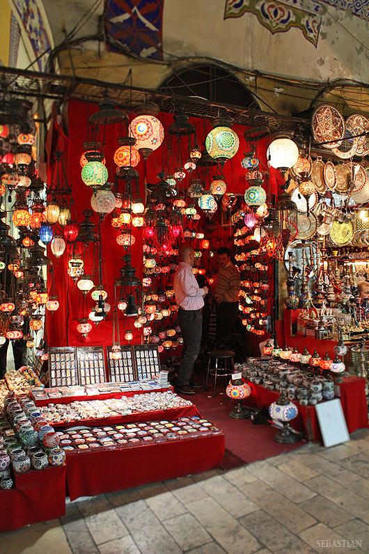 Навсякъде имаше от тези лампи и полилеи.